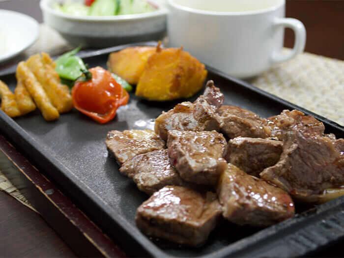 如果想吃平價的肉,就點【骰子牛排(選用澳洲牛肉)1280日圓】。
