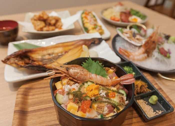 在二楼的北海道生活百貨 沖繩國際通店内您可以品嘗到來自北海道的美味。 新鮮的海產、放入北海道食材的料理及北海道在地酒都足以驚豔您的味蕾。