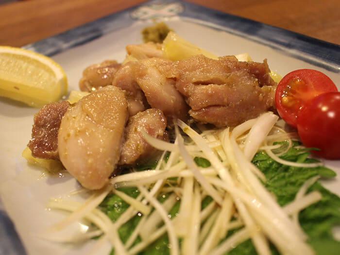 「柚子胡椒烤縣產土雞夾白蔥」是充分運用在地食材的一道菜