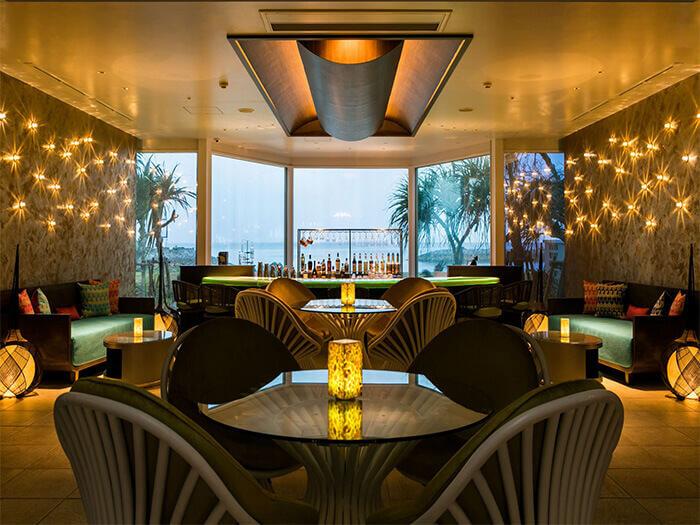 啜飲著雞尾酒,欣賞夕陽美景。Sunset Bar&Terrace