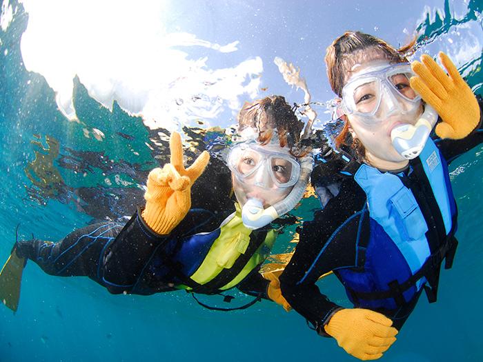 在海水透明度極佳的沖繩海裡游泳能讓您享受最棒的玩樂氣氛