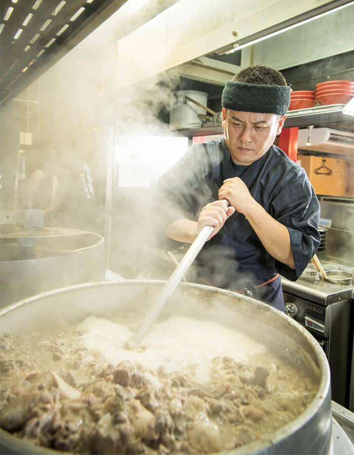 使用特別定做的巨大羽釜鍋耗時多日熬出的起泡湯頭就是豚骨精華薈萃的証據