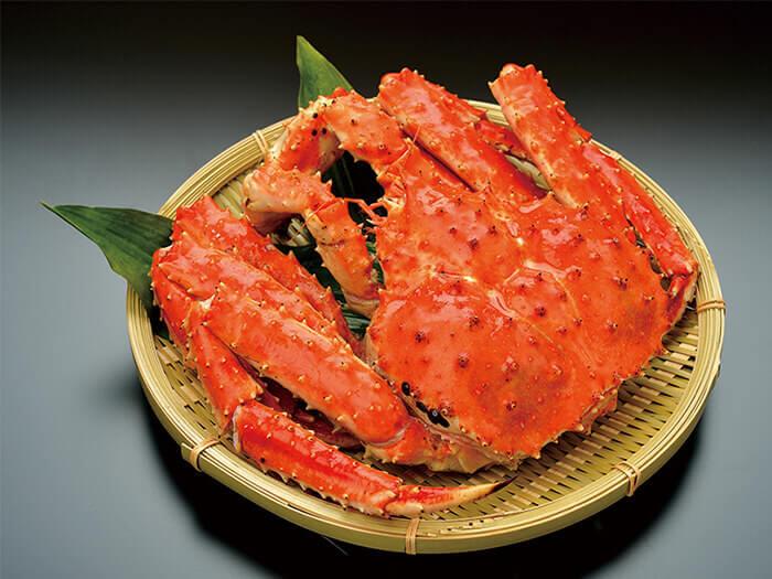 在二楼的北海道生活百貨 沖繩國際通店内您可以購買到頂級 帝王蟹。入口即可感受到蟹肉在口中彈開,鮮美滋味,可以體驗到軟滑的口感。上等鮮甜的滋味,令您回味。