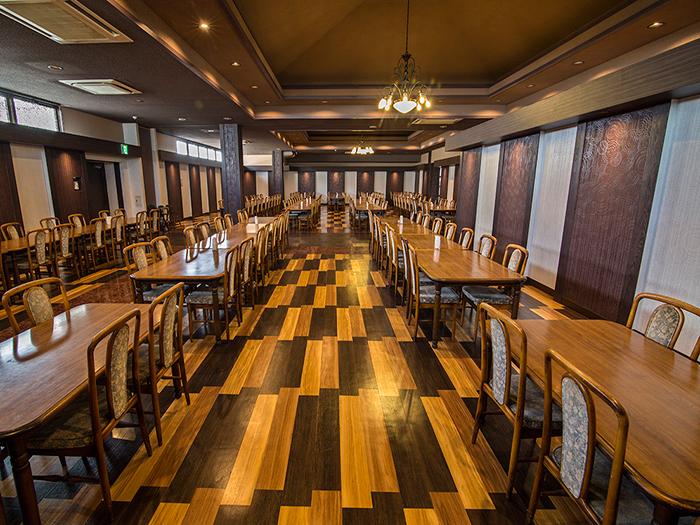 餐廳裝潢以木頭系營造溫馨風格