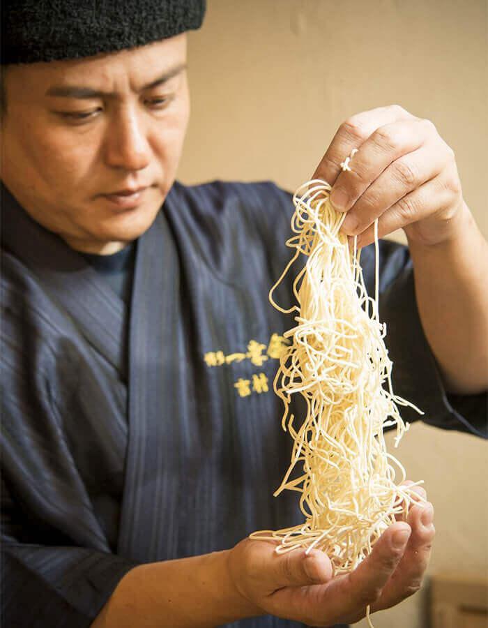 使用的麵條是一幸舍為追求搭配濃厚湯頭而研發出的自製扁細麵