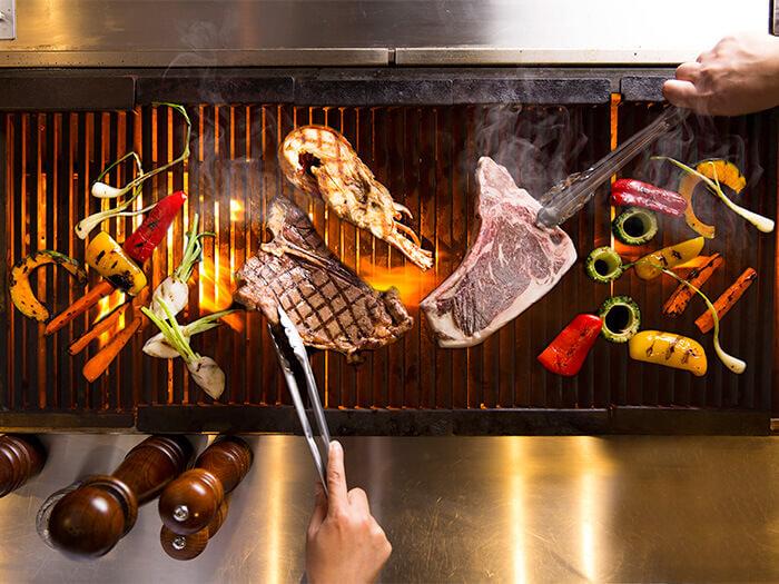 現場由廚師為您燒烤和牛與沖繩的阿古豬。燒烤餐廳 The Grill