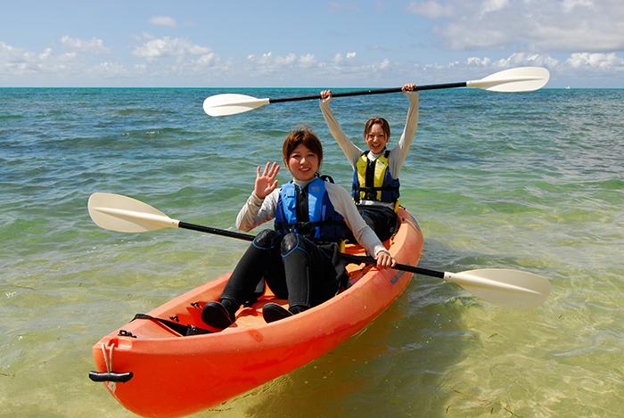 一起搭乘獨木舟迎著清爽的風沉浸在漂亮的沖繩海上吧!