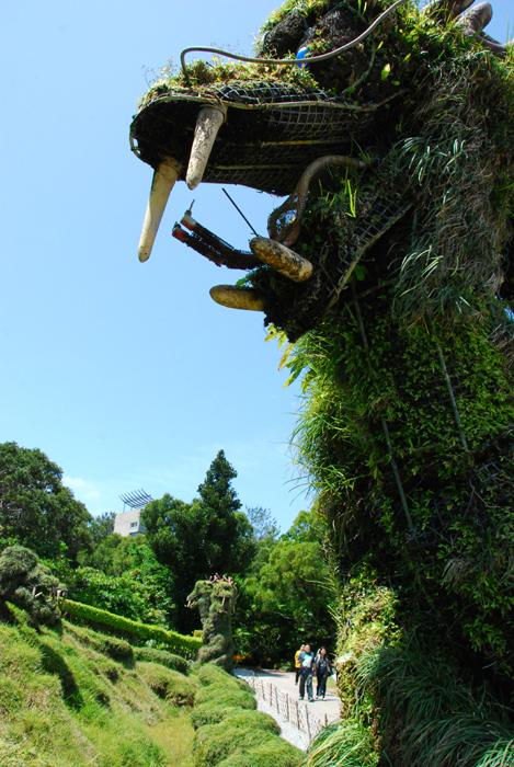在殿內龍型的草木造景會在每15分鐘噴一次水煙