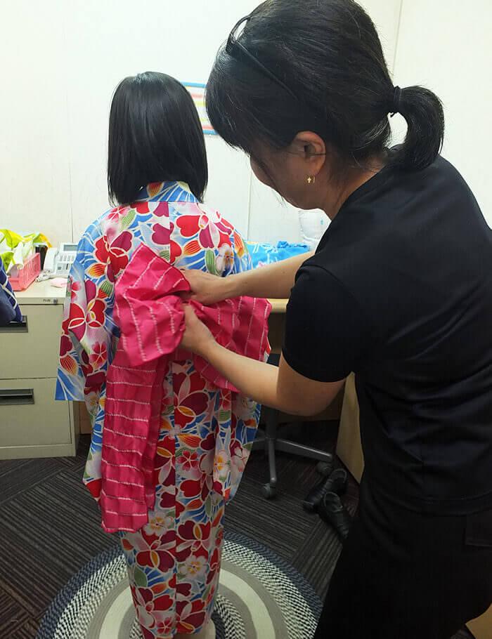 正在穿上兒童和服