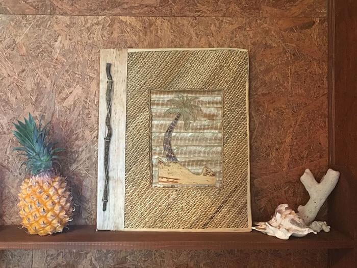 珊瑚礁和漂流木的擺設十分吸睛,店內裝潢令人感到木質的溫馨