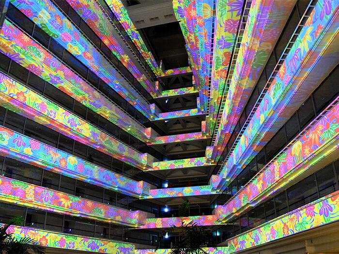使用整個大廳空間,展現光影與噴水的音樂秀。光雕投影表演