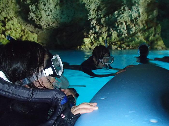 洞窟內讓人驚艷的水藍色美景