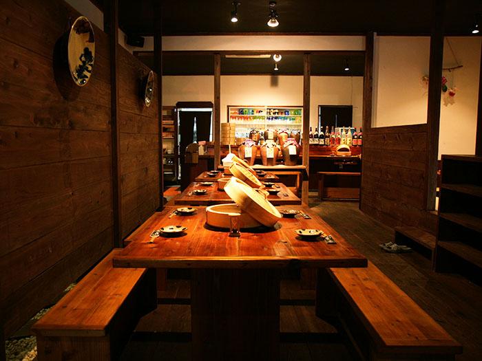 能夠縱覽店內的桌位可以容納14位客人。