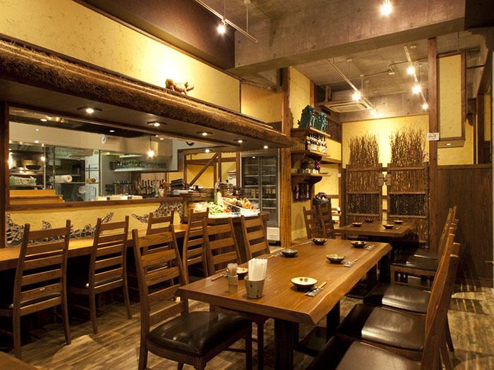 天花板高,寬敞具開放感的桌席