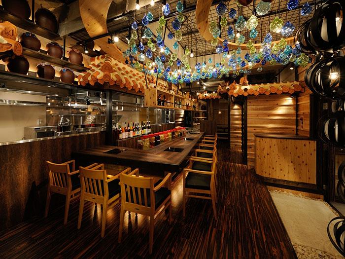 在入口及天花板,有許多琉球玻璃的裝飾