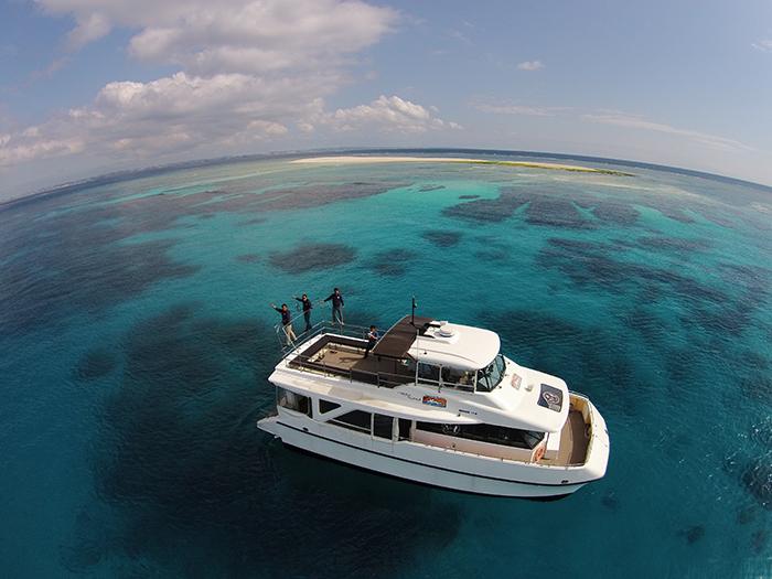 在移動中的船上欣賞沖繩美麗的海