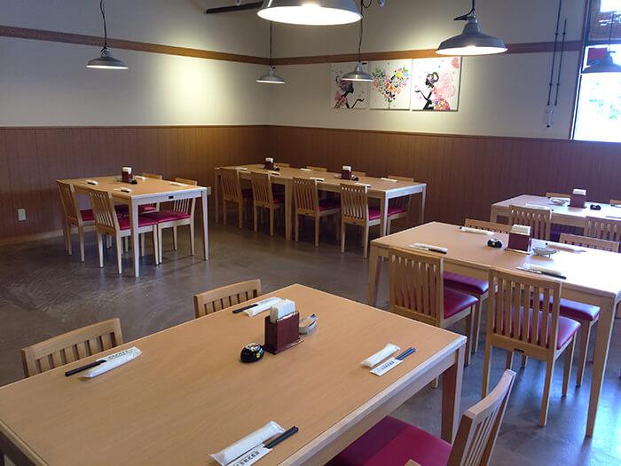 設有14張桌子(可容納56人)的大廳氣氛明亮,可讓人放鬆心情。