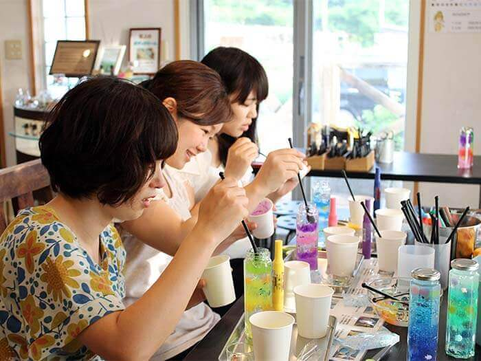 Making of an aroma gel bottle with deodorant gel dyed with your favorite colors.Making of clay Shisa.