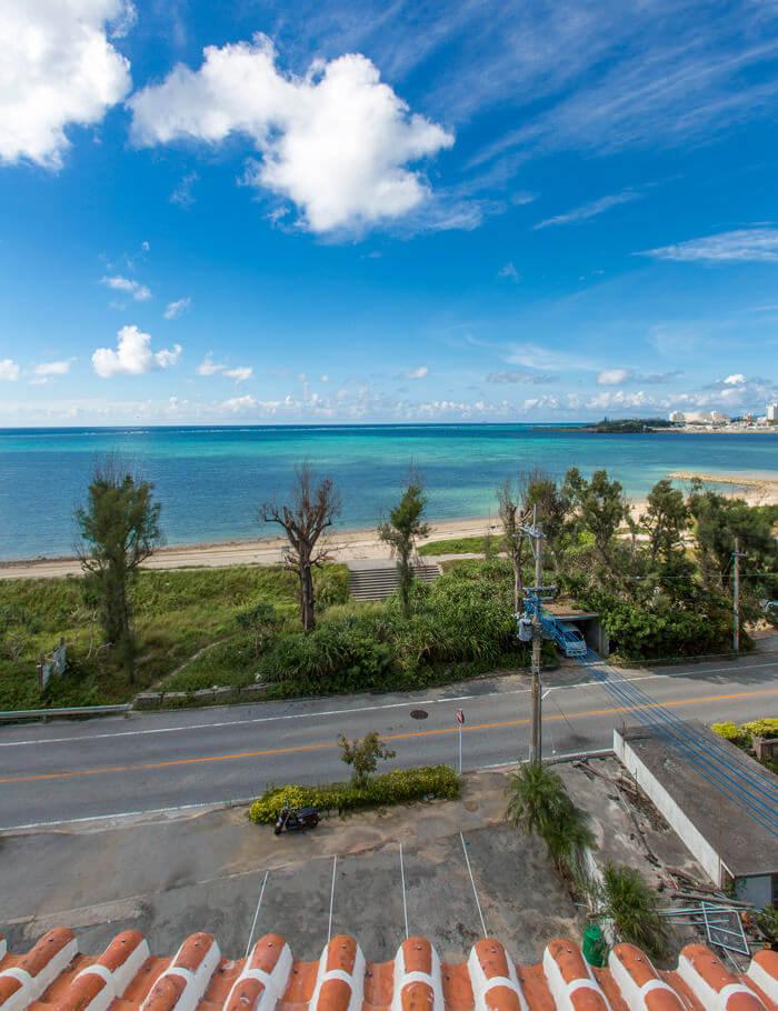 海的旁邊設有能夠遠眺美景的瞭望台