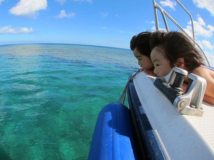 不想弄濕衣服的顧客們也能透過玻璃船或拖曳傘來享受玩樂大海的樂趣!