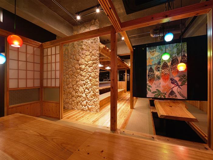 在沖繩很有人氣的設計感与儀氏的門簾引人注目