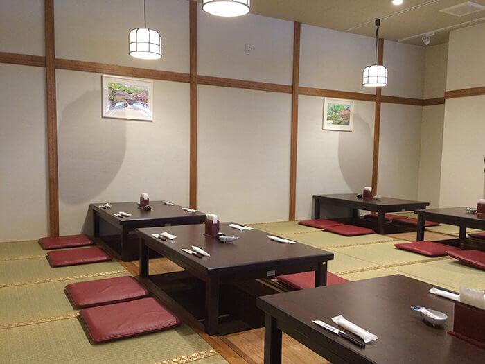 和室為可容納24人的下挖式座位,和室桌底部挖空設計,有小孩同行也能安心用餐。