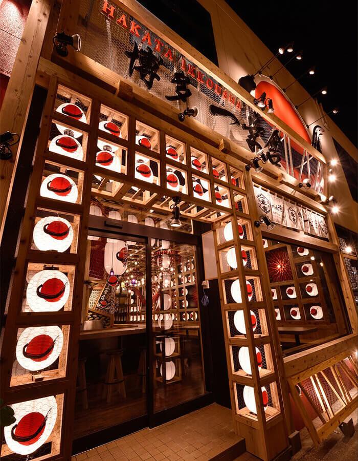 店舖入口的木框燈籠突出醒目。店內裝飾更使用了多達三千支以上的湯匙,充滿震撼力