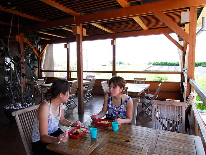 二樓為有名氣的沖繩料理店。歡迎晚上在此用餐!