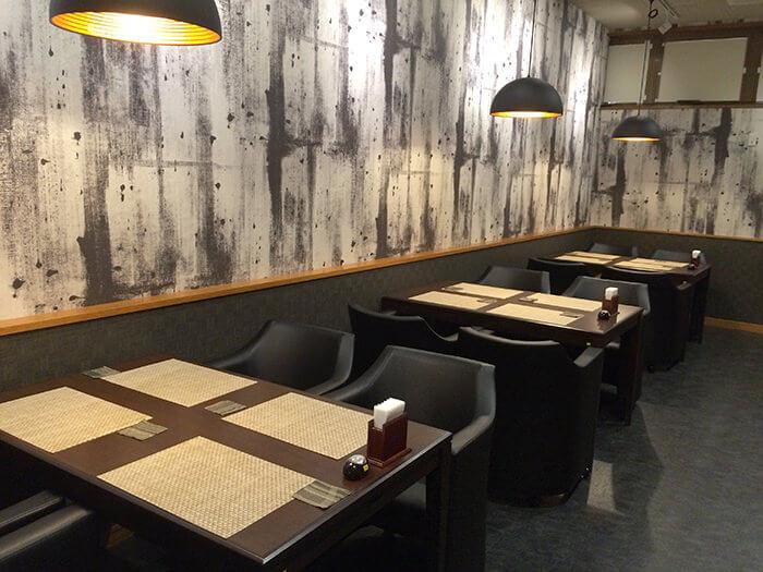 吧檯與包廂座位可容納12人。除一般菜色之外,在此也可享用限採預約制的壽司或烤雞等料理。(供餐時間為17:00〜22:00,最後點餐時間為21:30,週二不供應)