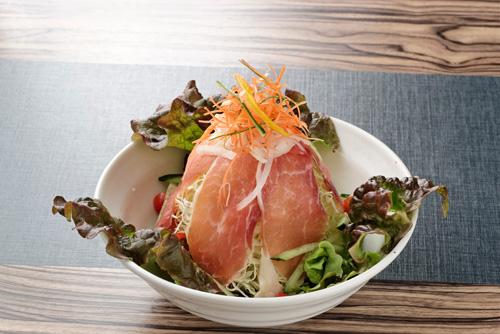 歡迎品嘗採用新鮮沖繩縣產豬肉(AGU)而製的生火腿肉所做的沙拉餐