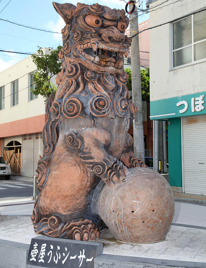 """Tsuboya Ufu Shisa,"" a gigantic shisa that guards the entrance to Tsuboya Yachimun (Pottery) Street. In 2014, potters from Tsuboya spent 5 months to complete its construction."