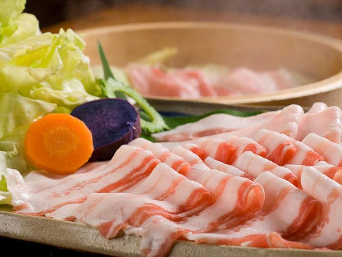 肉質非常柔軟的山原島Agu豬蒸籠料理。