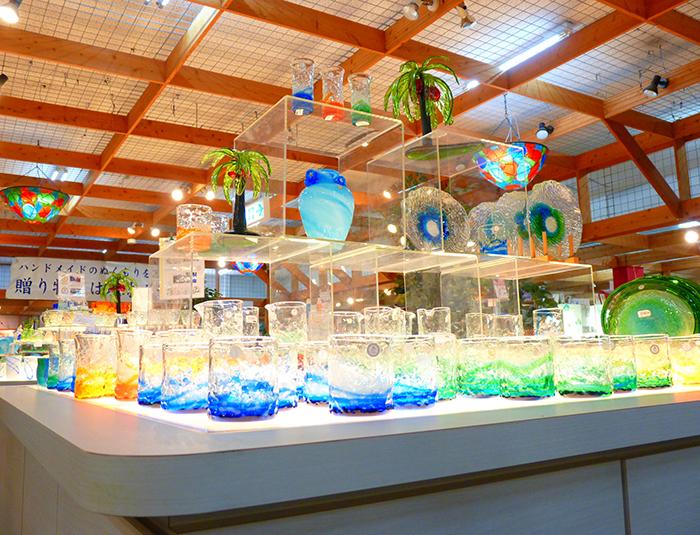 鮮豔的玻璃製品陳列在店內
