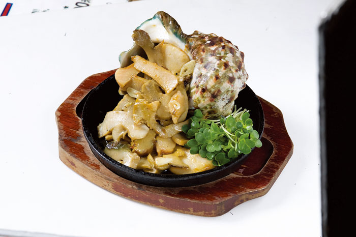 店內人氣的夜光貝料理。不管是火烤蒜味夜光貝、或者是夜光貝生魚片。都歡迎嚐鮮 (1,500日圓)