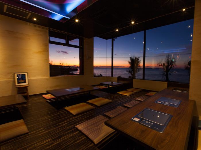 面向大海的落地窗。欣賞夕陽西下令人嘆為觀止的美景