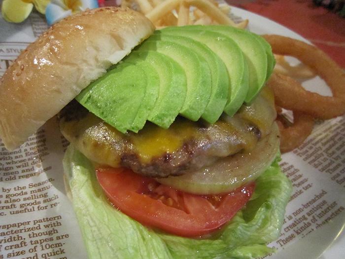 人氣排行榜第一名「酪梨起士漢堡」。兩種醬料可供選擇。推薦醬料為和風醬