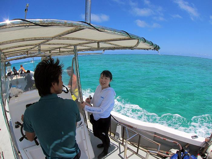 搭乘舒適小船前往青之洞窟! 一邊眺望美麗的大海,一邊前往目的地!