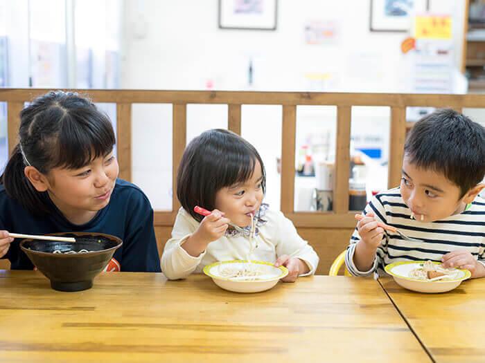 美味的沖繩家常菜讓小朋友們也笑逐顏開!