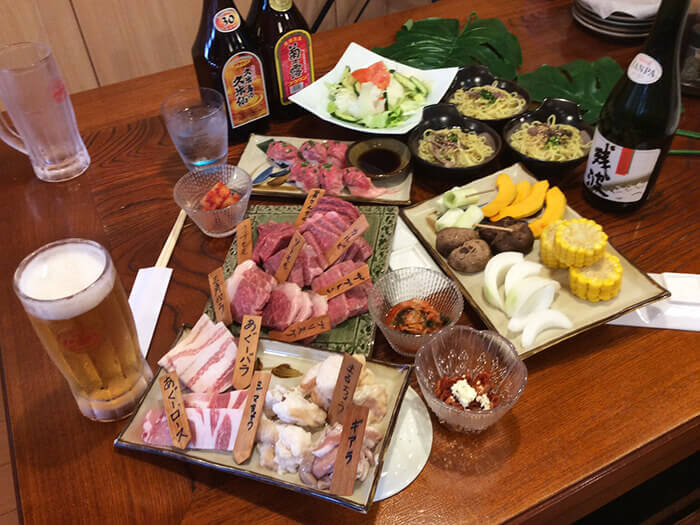 和牛組合(套餐)1人3500日圓。沙拉、韓式泡菜、烤時蔬、和牛握壽司、肉片、附和牛拉麵