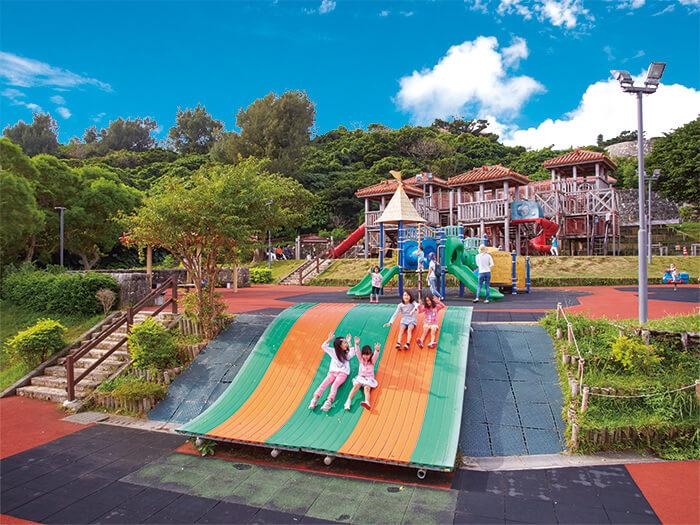 俯瞰浦添市街景的超長滾輪式溜滑梯,它火紅的程度可是讓小朋友們大排長龍呢!