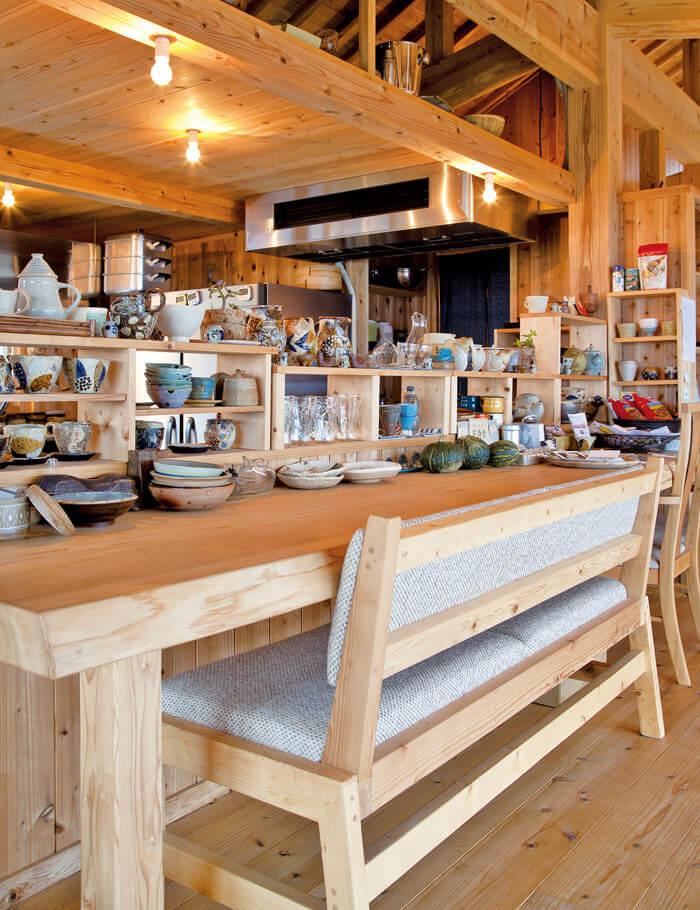 採用山原地區山菜與當季島產蔬菜,滋味豐富的盤餐。藉由「Nuchigusui(生命之藥)」,從體內展開淨化。