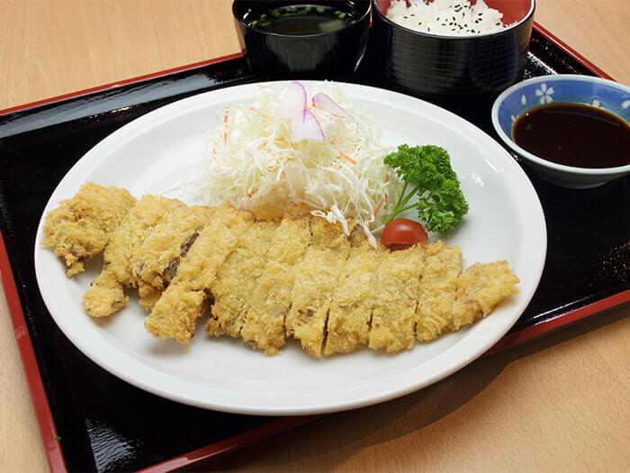 【Agu豬大豬排〜炸豬排980日圓】 菜單上的「まぎ(MAGI)〜」在沖繩方言是指「大」的意思。正如菜單上的名稱所示,這道是Agu豬大豬排。
