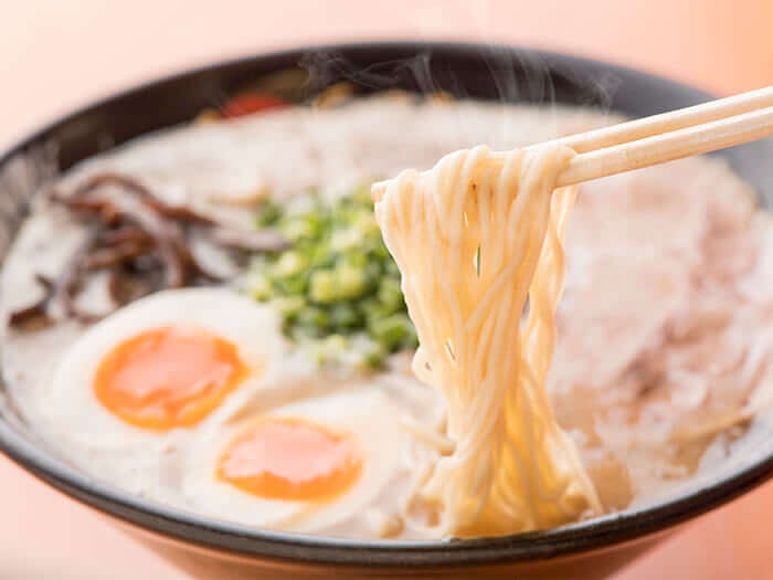 True Hakata flavors! Creamy pork broth is made in Hakata's traditional well-aged simmering method.