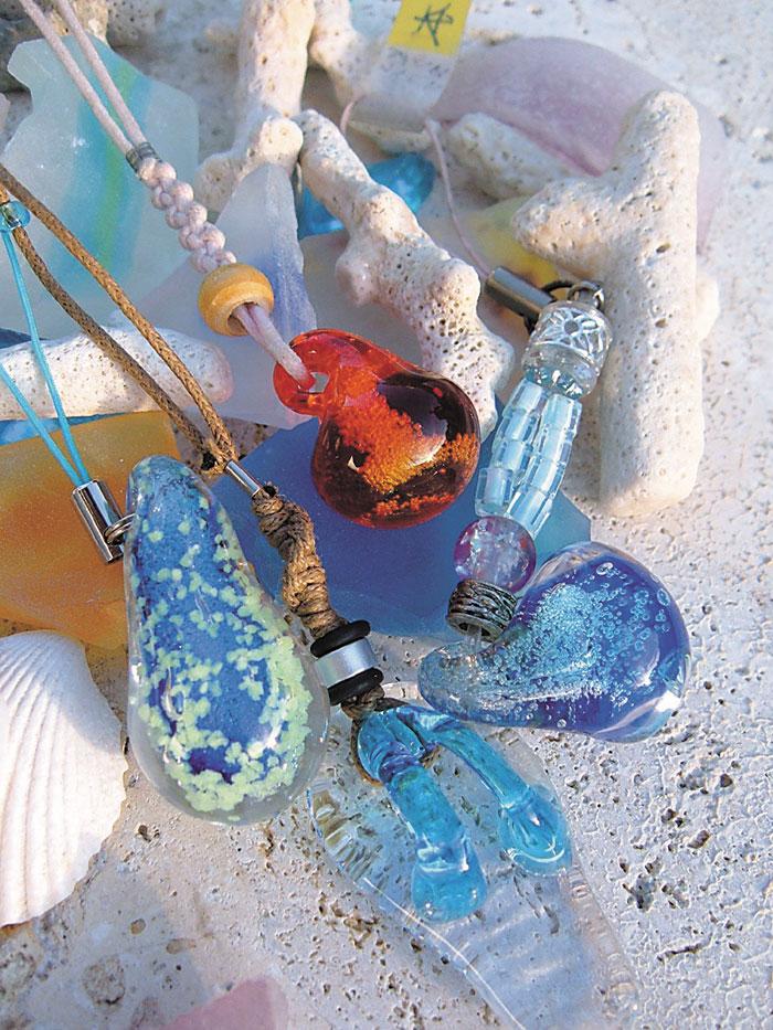 選擇自己喜歡的玻璃小零件製作項鍊
