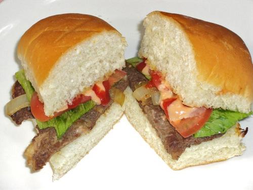 分量十足牛排三明治