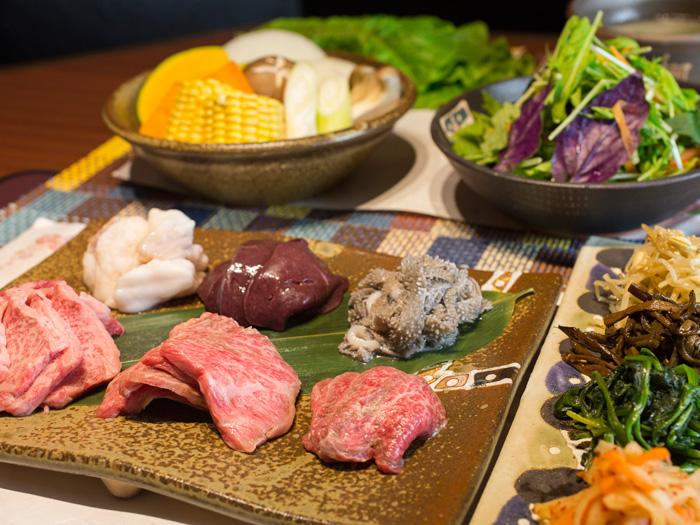 入口即化的美味鮮肉與多種類的內臟肉。肉類拼盤組合  1780日圓〜