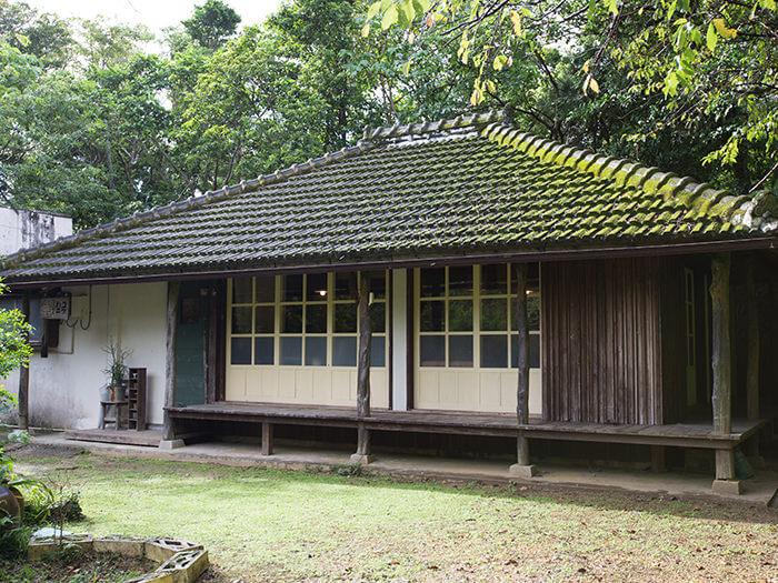 外觀保留了沖繩古厝的風貌,店內則擺滿身為陶藝家之店主的創作