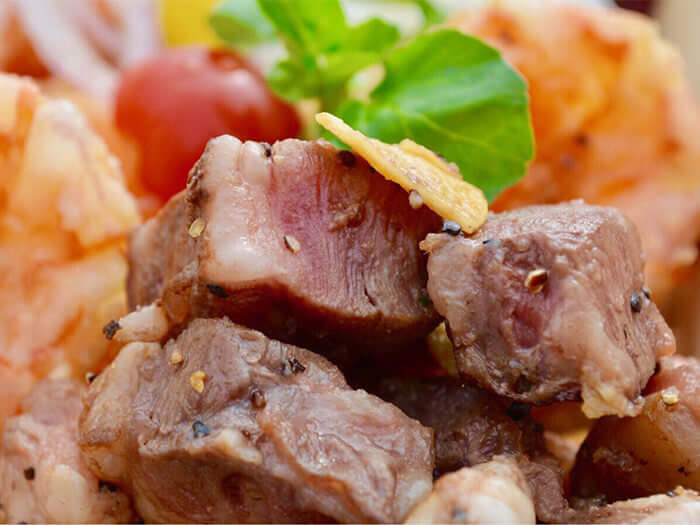 銅板美食之最──?盤價再加500日圓即可加點沖繩頂級品牌牛肉「小那霸牛」