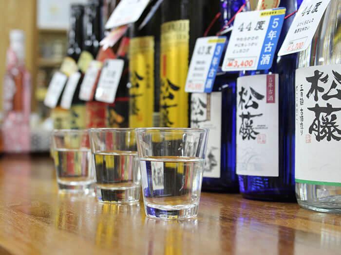 以泡盛為首,可以試飲・試吃梅酒・利口酒、黑麴醋、藥膳味噌。