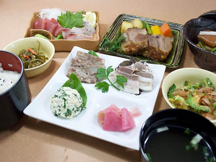 【沖繩料理特餐 梅1500日圓】 選用Agu豬為主菜,搭配豆腐涼拌、什錦炒海帶細絲(用海帶拌炒的菜色)、當季生魚片等,品嘗具沖繩代表性的菜色。